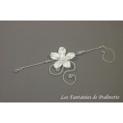 Bracelet Abigael de mariage fleur en satin et arabesque