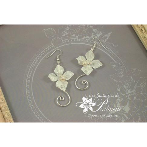 Ciara boucles d'oreilles de mariée en fleurs de satin et arabesques Ciara