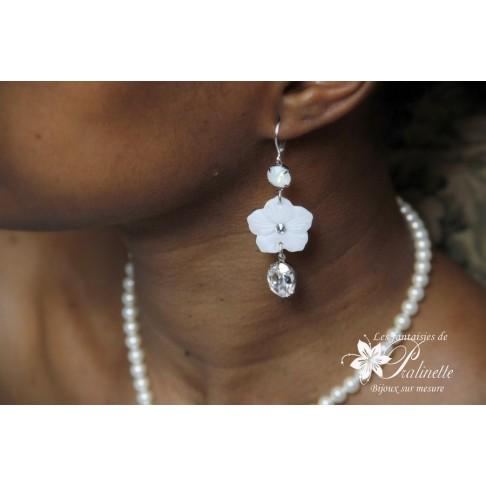 Boucles d'oreilles vintage Maria fleurs de nacre et cabochons