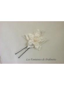 Pic chignon mariage Armeli fleurs en satin de soie