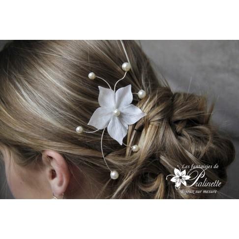 Peigne mariée fleur en satin et perles nacrées Lys