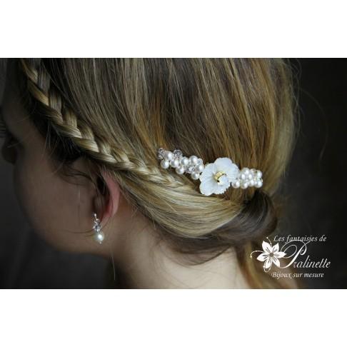 Peigne mariée fleur de nacre ciselée et perles de cristal