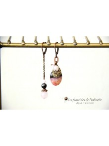 Boucles d'oreilles dépareillées agate rose cristallisée et perle quartz rose