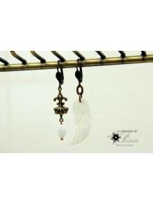 Boucles d'oreilles dépareillées aile d'ange en nacre et breloque art nouveau