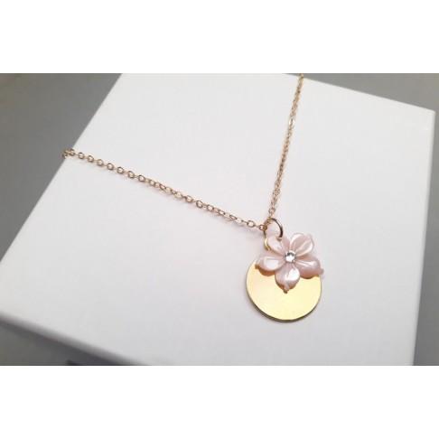 Collier pendentif médaille en plaqué-or et fleur de nacre rose
