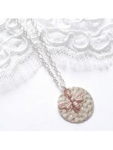 Collier médaille martelée argent avec pendentif abeille rose gold