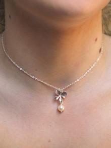 Collier pendentif mariage orchidée ciselée et perle sur fine chaine