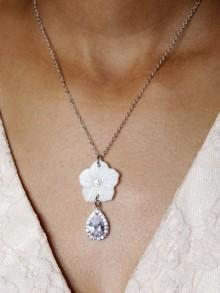 Collier mariage fleur en nacre et strass