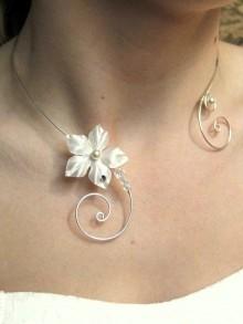 Irmeline collier de mariage fleur en satin, perles et arabesques