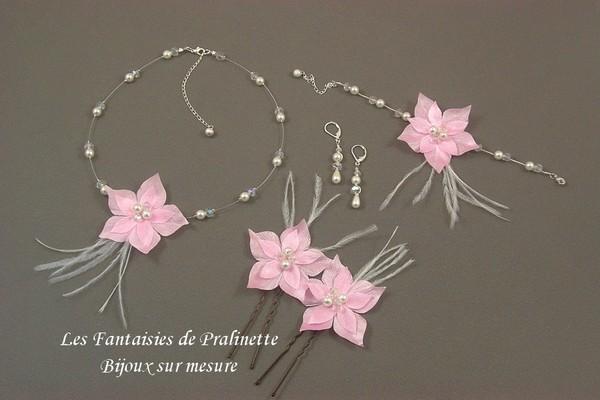Parure mariage personnalisée avec des fleurs en satin de soie roses.