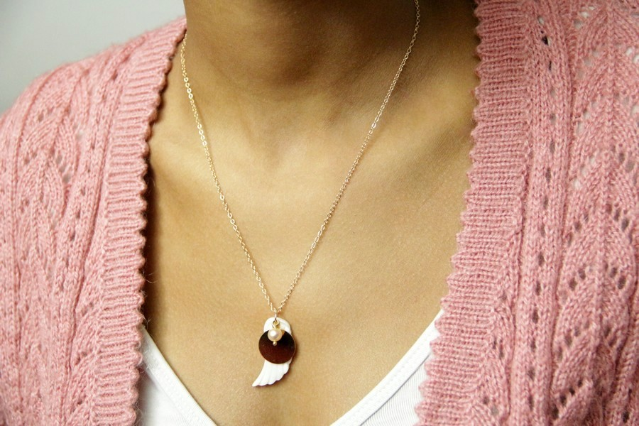 Collier médaille plaqué or et aile d'ange en nacre