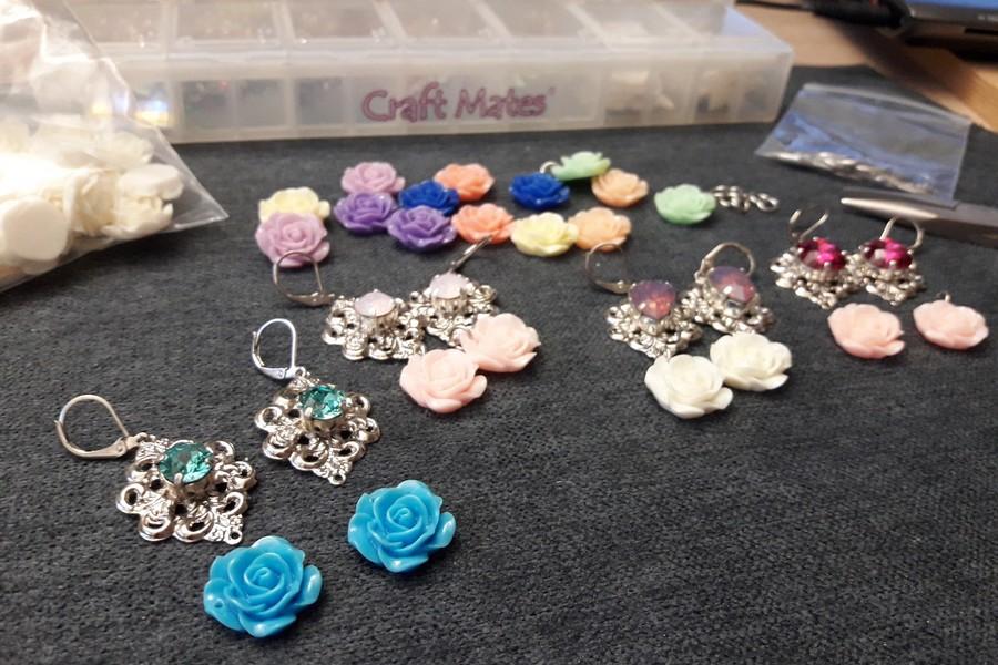 Boucles d'oreilles mariariage Alexine critaux et roses en résine