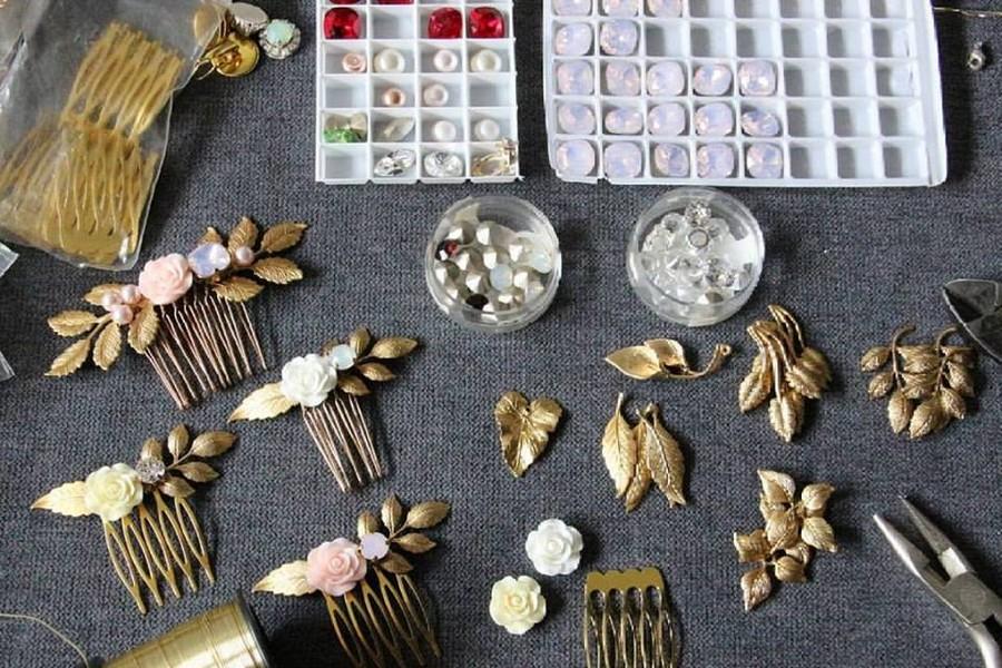 Peignes mariage bohèmes fleurs en résine et cristaux