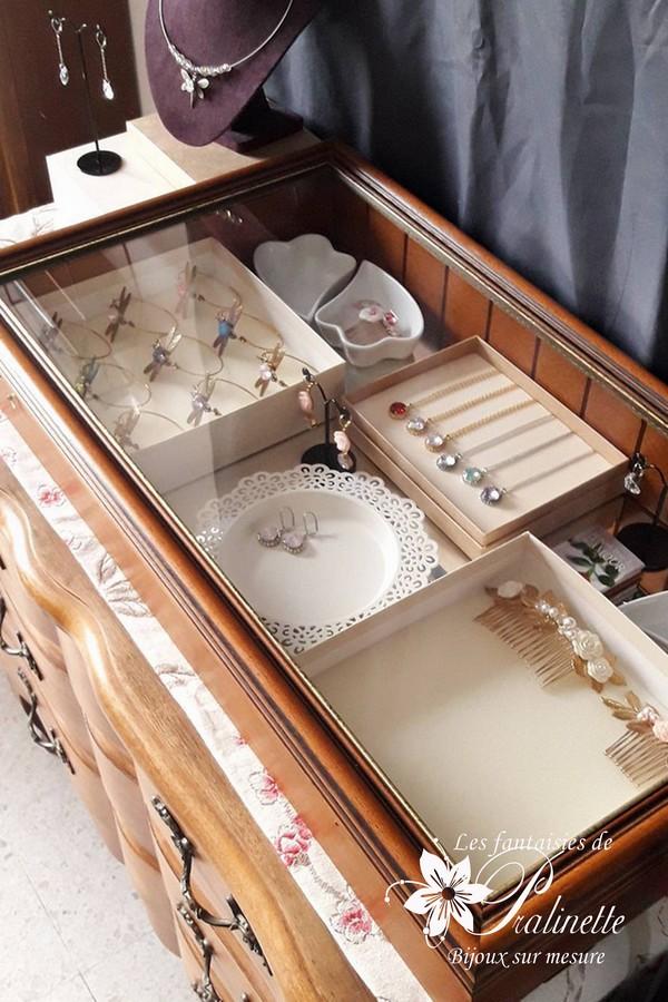 Vitrine bijoux mariage et intemporels - Atelier bijoux mariage Les Fantaisies de Pralinette